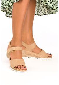 Casu - Beżowe sandały na koturnie na rzep polska skóra casu 0474/b. Zapięcie: rzepy. Kolor: beżowy. Materiał: skóra. Obcas: na koturnie