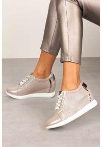 Sergio Leone - Półbuty sergio leone sneakersy sznurowane na ukrytym koturnie błyszczące beżowe sp235. Kolor: beżowy. Obcas: na koturnie