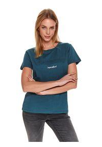 TOP SECRET - Luźny t-shirt z napisem. Okazja: na co dzień. Kolor: zielony. Materiał: bawełna. Długość rękawa: krótki rękaw. Długość: krótkie. Wzór: napisy. Sezon: zima. Styl: casual