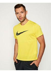 Żółta koszulka sportowa Nike do biegania