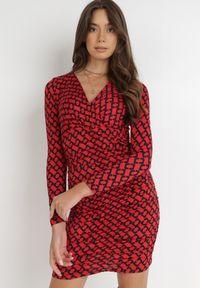 Born2be - Czerwona Sukienka Thesseia. Kolor: czerwony. Materiał: dzianina. Długość rękawa: długi rękaw. Wzór: aplikacja, geometria, nadruk. Typ sukienki: kopertowe. Długość: mini