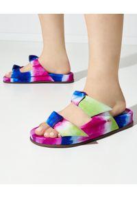 ALEXANDRE BIRMAN - Klapki Clarita Tie-Dye. Nosek buta: okrągły. Kolor: zielony. Wzór: paski, aplikacja. Sezon: lato. Obcas: na platformie