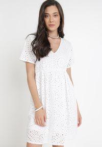 Born2be - Biała Sukienka Zeloesa. Typ kołnierza: dekolt w kształcie V. Kolor: biały. Materiał: bawełna, tkanina. Długość rękawa: krótki rękaw. Wzór: haft. Styl: boho