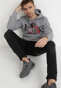 Born2be - Szara Bluza Atheed. Typ kołnierza: kaptur. Kolor: szary. Materiał: jeans, dresówka, dzianina. Długość rękawa: długi rękaw. Długość: długie. Wzór: nadruk