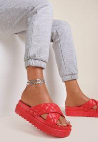 Renee - Czerwone Klapki Laonise. Nosek buta: otwarty. Kolor: czerwony. Materiał: guma. Wzór: paski. Obcas: na platformie