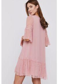 Różowa sukienka Nissa rozkloszowana, z krótkim rękawem, mini, z haftami