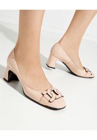 TOD'S - Różowe buty na obcasie. Nosek buta: okrągły. Kolor: różowy, wielokolorowy, fioletowy. Materiał: guma. Wzór: aplikacja. Obcas: na obcasie. Styl: elegancki. Wysokość obcasa: średni