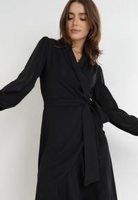 Born2be - Czarna Sukienka Simorgon. Kolor: czarny. Materiał: skóra, materiał. Typ sukienki: asymetryczne, kopertowe. Długość: mini