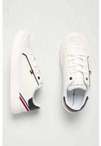 Białe buty sportowe TOMMY HILFIGER z okrągłym noskiem, z cholewką