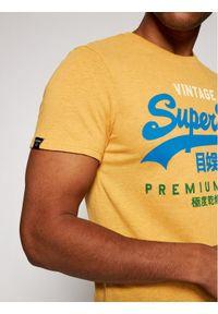 Superdry T-Shirt Vl Tri Tee 220 M1011003A Żółty Regular Fit. Kolor: żółty