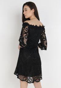Born2be - Czarna Sukienka Ristyrtus. Kolor: czarny