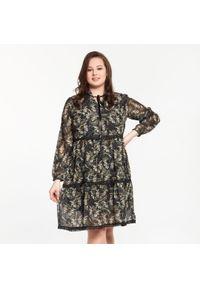 Czarna sukienka dla puszystych Moda Size Plus Iwanek w koronkowe wzory, do pracy