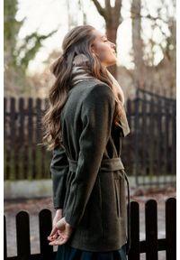 Marie Zélie - Płaszcz wełniany Adela ciemnozielony. Kolor: zielony. Materiał: wełna. Długość rękawa: długi rękaw. Długość: krótkie. Wzór: motyw zwierzęcy, ze splotem. Sezon: zima #9
