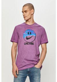 Nike Sportswear - T-shirt. Okazja: na co dzień. Kolor: fioletowy. Wzór: nadruk. Styl: casual