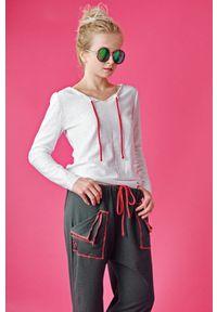 Biała bluzka Hultaj Polski na lato, w kolorowe wzory, z długim rękawem