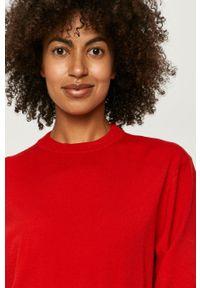 Czerwony sweter Love Moschino z okrągłym kołnierzem, z aplikacjami