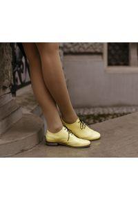 Zapato - żółte półbuty jazzówki - skóra naturalna - model 246 - kolor bananowy. Okazja: do pracy, na co dzień, na spotkanie biznesowe. Kolor: żółty. Materiał: skóra. Szerokość cholewki: normalna. Wzór: motyw zwierzęcy, kwiaty, kolorowy. Obcas: na obcasie. Styl: elegancki, casual, klasyczny, boho, biznesowy. Wysokość obcasa: niski