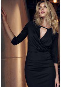 Figl - Dopasowana sukienka midi z kopertowym dekoltem czarna. Okazja: do pracy. Kolor: czarny. Typ sukienki: kopertowe. Styl: elegancki. Długość: midi