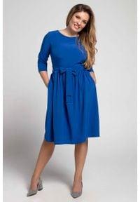 Nommo - Niebieska Klasyczna Sukienka z Marszczonym Dołem PLUS SIZE. Kolekcja: plus size. Kolor: niebieski. Materiał: poliester, wiskoza. Typ sukienki: dla puszystych. Styl: klasyczny