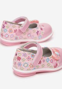 Born2be - Jasnoróżowe Balerinki Ysererris. Nosek buta: okrągły. Zapięcie: rzepy. Kolor: różowy. Materiał: skóra. Szerokość cholewki: normalna. Wzór: kwiaty, nadruk. Sezon: lato, wiosna