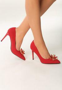 Born2be - Czerwone Szpilki Lily-White. Nosek buta: szpiczasty. Kolor: czerwony. Materiał: nubuk, lakier, syntetyk. Wzór: kwiaty, aplikacja. Obcas: na szpilce. Styl: wizytowy