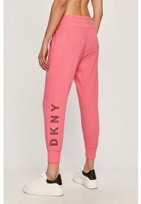 Różowe spodnie dresowe DKNY
