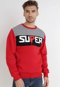 Born2be - Czerwona Bluza Asoolea. Okazja: na co dzień. Kolor: czerwony. Materiał: jeans, polar. Długość rękawa: długi rękaw. Długość: długie. Wzór: nadruk. Styl: sportowy, klasyczny, casual