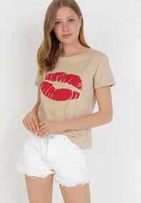 Born2be - Beżowy T-shirt Jaensha. Kolor: beżowy. Materiał: bawełna, jersey, dzianina. Długość rękawa: krótki rękaw. Długość: krótkie. Wzór: nadruk. Sezon: lato. Styl: klasyczny