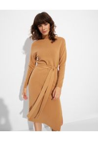 Elisabetta Franchi - ELISABETTA FRANCHI - Jasnobrązowa sukienka z paskiem. Typ kołnierza: golf. Kolor: brązowy. Materiał: dzianina, prążkowany. Długość rękawa: długi rękaw. Typ sukienki: dopasowane. Długość: midi