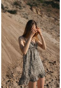 Marsala - Letnia sukienka na cienkich ramiączkach z wiskozy ecru w cętki khaki - CHIA BY MARSALA. Kolor: brązowy. Materiał: wiskoza. Długość rękawa: na ramiączkach. Wzór: nadruk. Sezon: lato. Typ sukienki: proste. Długość: mini