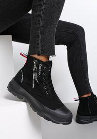 Renee - Czarne Trampki Rhemilia. Wysokość cholewki: za kostkę. Nosek buta: okrągły. Zapięcie: zamek. Kolor: czarny. Materiał: jeans, materiał, guma. Szerokość cholewki: normalna. Wzór: napisy, aplikacja, kolorowy