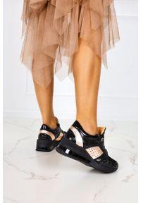 Casu - Czarne sneakersy na koturnie buty sportowe sznurowane polska skóra casu 7862/1910/19/8091465/272. Kolor: czarny. Materiał: skóra. Obcas: na koturnie