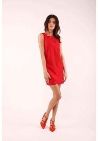 Nommo - Czerwona Krótka Sukienka bez Rękawów z Koronkowymi Wstawkami. Kolor: czerwony. Materiał: koronka. Długość rękawa: bez rękawów. Długość: mini