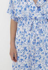 Born2be - Biało-Niebieska Sukienka Evithanea. Kolor: biały. Materiał: tkanina, materiał. Wzór: nadruk. Typ sukienki: kopertowe. Długość: midi