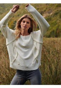 Biały sweter TOP SECRET na co dzień, casualowy, na jesień, w kolorowe wzory