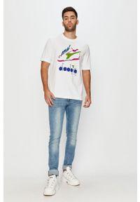 Biały t-shirt Diadora casualowy, z okrągłym kołnierzem, z nadrukiem