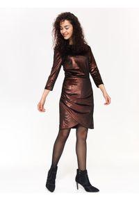 Brązowa sukienka TOP SECRET na jesień, z dekoltem w serek, elegancka