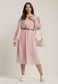 Renee - Różowa Sukienka Crethesis. Typ kołnierza: kołnierzyk stójkowy. Kolor: różowy. Długość rękawa: długi rękaw. Wzór: kwiaty, aplikacja. Długość: maxi