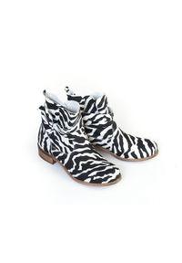 Zapato - botki z kokardą - skóra naturalna - model 458 - kolor zebra. Okazja: na co dzień. Nosek buta: okrągły. Zapięcie: bez zapięcia. Materiał: skóra. Szerokość cholewki: normalna. Wzór: motyw zwierzęcy. Obcas: na obcasie. Styl: casual, klasyczny, elegancki. Wysokość obcasa: niski