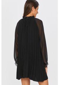 Czarna sukienka Answear Lab wakacyjna, z długim rękawem, na spotkanie biznesowe