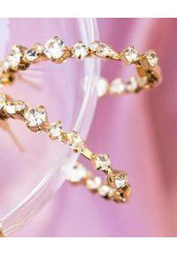 CAROLINE SVEDBOM - Kolczyki z kryształami Antonia. Materiał: złote. Kolor: złoty. Wzór: aplikacja. Kamień szlachetny: kryształ