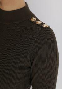 Born2be - Ciemnozielona Dzianinowa Sukienka Jennily. Typ kołnierza: golf. Kolor: zielony. Materiał: dzianina. Wzór: prążki, aplikacja. Długość: mini