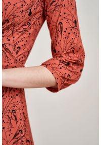 Marie Zélie - Sukienka Hermia Paridae pomarańczowa. Typ kołnierza: dekolt kopertowy. Kolor: pomarańczowy. Materiał: dzianina, materiał, skóra, bawełna, elastan. Długość rękawa: krótki rękaw. Typ sukienki: kopertowe