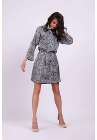 Nommo - Krótka Rozkloszowana Koszulowa Sukienka w Print. Materiał: wiskoza, poliester. Wzór: nadruk. Typ sukienki: koszulowe. Długość: mini