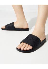 Versace Jeans Couture - VERSACE JEANS COUTURE - Czarne klapki z logo. Okazja: na plażę. Nosek buta: okrągły. Kolor: czarny. Materiał: guma. Styl: klasyczny