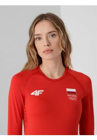 4f - Longsleeve funkcyjny damski Polska - Tokio 2020. Kolor: czerwony. Długość rękawa: długi rękaw. Długość: długie. Wzór: nadruk. Sezon: lato. Sport: fitness