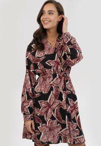 Born2be - Bordowa Sukienka Dynoth. Okazja: na co dzień. Kolor: czerwony. Materiał: guma. Długość rękawa: długi rękaw. Wzór: gładki. Typ sukienki: plisowane, kopertowe. Styl: casual. Długość: mini