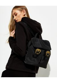 Versace Jeans Couture - VERSACE JEANS COUTURE - Czarny plecak z klamrami. Kolor: czarny. Materiał: materiał