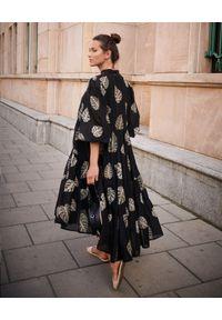 BY CABO - Czarna sukienka Palm Springs. Okazja: na spacer, na co dzień. Kolor: czarny. Materiał: materiał, bawełna. Wzór: haft, aplikacja. Sezon: jesień. Typ sukienki: proste, oversize. Styl: casual