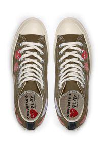 COMME DES GARCONS PLAY - Długie trampki khaki z sercami. Wysokość cholewki: przed kolano. Kolor: zielony. Materiał: dresówka, guma, bawełna, materiał. Szerokość cholewki: normalna. Styl: klasyczny #4